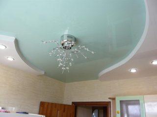 потолок с люстрой