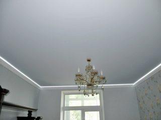 белый ровный потолок